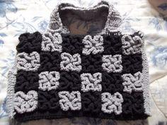 Bolsa Retangular de Crochê em Barbante nas cores cinza e preto, frente confeccionada em ponto labirinto.   Fechamento em zíper.