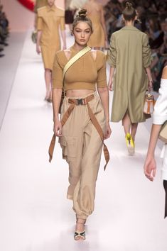 Fendi Spring Summer 2019 Ready To Wear-ready Woman Vogue Runway Beige Trend - Re. Fendi Spring Summer 2019 Ready To Wear-ready Woman Vogue Runway Beige Trend - Read the Spri. Spring Fashion Trends, Milan Fashion Weeks, Spring Trends, Women's Summer Fashion, Latest Fashion Trends, Fashion Fall, Fashion Black, Fashion Mode, Couture Fashion