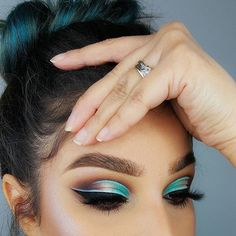 This picture is just GOALS! We are always looking for new eyeshadow looks and tutorials for eye colors. Our calendar will help you stay on top of when the latest makeup eyeshadow palettes are being released! #eyeshadowslooks #colorfuleyeshadows