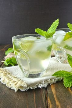 Ginger gin fizz, a refreshing drink with ginger, lime and mint.