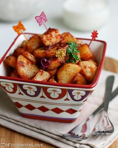 I love Spanish tapas, and one of my favourite tapas dishes is Patatas Bravas (wild potatoes), or spicy potatoes. Tapas Recipes, Appetizer Recipes, Cooking Recipes, Appetizers, Vegetarian Tapas, Vegetarian Recipes, Healthy Recipes, Mezze, Spanish Dishes