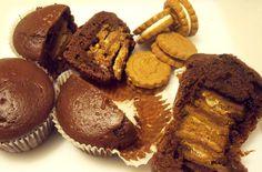 Cupcake dal cuore croccante, pasticcini facili e versatili - INGREDIENTI:  per l'impasto: 2 uova e lo stesso peso delle uova di zucchero  burro  farina 2 cucchiaioni di cacao un poco di latte  mezza bustina di lievito  Crema al cioccolato 24 biscotti farciti