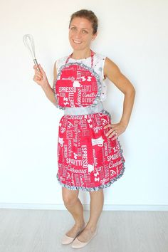 VINTAGE APRON FREE SEWING PATTERN - If you're looking for an apron with a little retro flair that is sweet looking, fun and easy to make, this Vintage Apron Pattern is it! This darling apron is a great project for beginners!