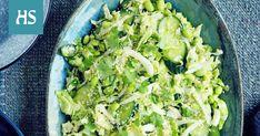 Vihreää tuoretta kaalia ei tarvitse välttämättä kypsentää. Raakana se on raikasta ja rouskuvaa. Kokeile ruokaisampaa vihersalaattia: höystä ohueksi suikaloitu kaali kurkulla, sulatetuilla edamame-pavuilla ja aasialaishenkisellä seesamikastikkeella. Seuraksi ei tarvita kuin grillattuja broilerinfileitä tai paistettua tofua.