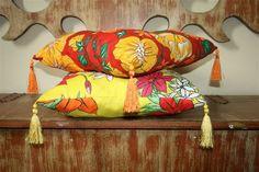 ALMOFADA  Capa de almofada simples, corte 50x50 cm de chita, costure no avesso os três lados fazendo um sanduíche, deixe uma abertura para colocar o velcro ou zíper.