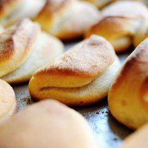 Parker House Rolls Ree Drummond / The Pioneer Woman The Pioneer Woman, Pioneer Woman Recipes, Pioneer Women, Ree Drummond, Food Network Recipes, Cooking Recipes, Bread Recipes, Cooking Tips, Oven Cooking