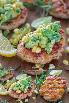 I really love these Chicken Burgers with Avocado Corn Salsa. They make a quick and delicious dinner and require just a few ingredients and only. Avocado Corn Salsa, Clean Eating Snacks, Healthy Eating, Healthy Food, Cuisine Diverse, Cooking Recipes, Healthy Recipes, Ark Recipes, Cooking Rice