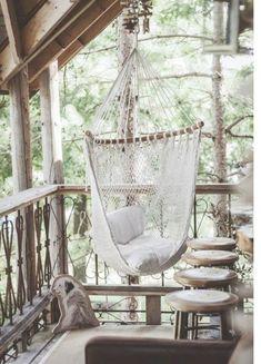 Balkonunuza sallanan fileli salınca alabilirsiniz. Yine birkaç ane tabure koyarak sevdiklerinizle sohbet edebilirsiniz. Bu salıncak modellerini Koçtaş gibi mağazalarda bulabilirsiniz.