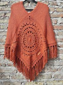 Ponchos - Sidney Artesanato: Moda Inverno…Ponchos Aperte o nó ajustando o anel acima para mover suavemente. Crochet Bolero Pattern, Crochet Poncho Patterns, Crochet Coat, Crochet Scarves, Crochet Shawl, Crochet Clothes, Free Crochet, Drops Design, Beautiful Crochet