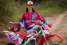 Amor ao Esporte: Janaina Souza - desde a infância moto foi minha paixão. Conheça um pouco da história de Janaina Souza, campeã do Enduro FIM 2015. www.motooffroad.c... #jana13 #mxgirl #motocross #endurofim #enduro #crosscountry #rally