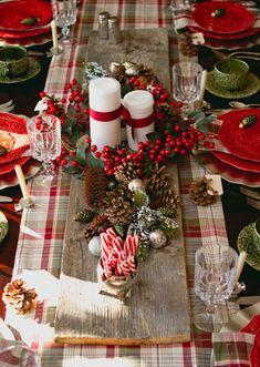 verschiedene geschenke der natur als weihnachtliche tischdeko benutzen