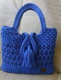 Bolsa de croche azul com tassel bonita para compartilhar com suas amigas que gostam de croche. Crochet Handbags, Crochet Purses, Filet Crochet, Crochet Stitches, Cute Crochet, Knit Crochet, Crochet Mask, Crochet Market Bag, Crochet Barbie Clothes
