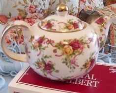Royal Albert OLD COUNTRY ROSES RIBBON RUBY CELEBRATION TEAPOT