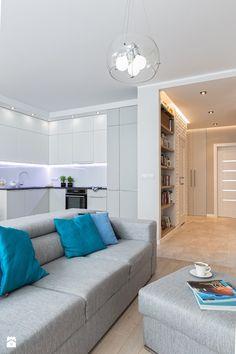 Minimalistycznie - ale połączenie - biel w kuchni, cegła w przedpokoju, drewno/panele na podłodze