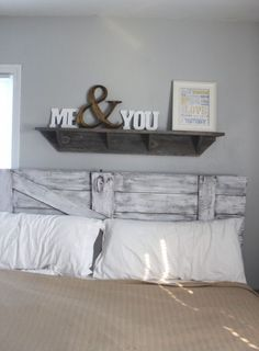 10 Easy DIY Shelves Tutorials, Plans, and Ideas. - 10 Easy DIY Shelves Tutorials, Plans, and Ideas. Thinking about this on our head board shelf in the - Diy Home Decor Bedroom For Teens, Home Bedroom, Dream Bedroom, Bedroom Ideas, Headboard Ideas, Bedroom Rustic, Barn Door Headboards, Diy Rustic Headboard, Bedroom Decor Master For Couples