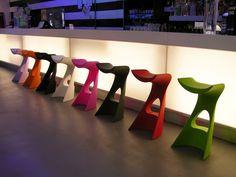 Sgabello bar Koncord, sgabello leggero e resistente, realizzato in in polietilene. La seduta dello sgabello è ergonomica e incurvata per un comfort ottimale