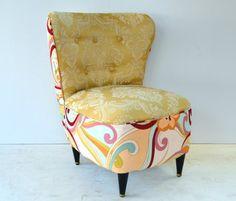 Linda poltrona antiga em tecido adamascado. Colorida, moderna e criativa!