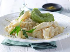 Weiß, wie Schnee: Weißer Risotto mit Schwarzwurzeln und Avocadopüree - smarter - Kalorien: 350 Kcal - Zeit: 1 Std.   http://eatsmarter.de/rezepte/weisser-risotto