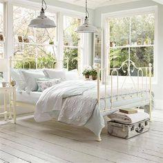 Estructura completa de cama, de forja blanca, es de aspecto bastante ligero y no interrumpe la vista.
