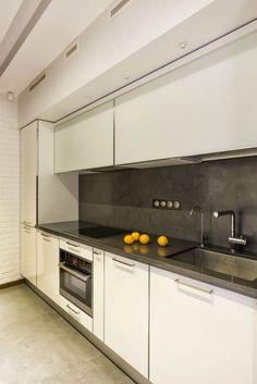 Modern 43nm-es lakás - üvegajtók és szép fa elemek Apartment Kitchen, Best Interior, Home Kitchens, Kitchen Cabinets, Home Decor, Apartments, Bedrooms, Interiors, Modern Kitchens