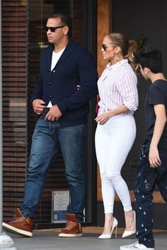 Bеѕѕу biker mоtо jасkеt - nude page- 29 Casual Work Outfits, Chic Outfits, Summer Outfits, Fashion Outfits, J Lo Fashion, Look Fashion, Jennifer Lopez Outfits, Looks Camisa Jeans, White Jeans Outfit