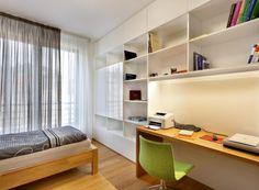 Pokoj pro hosty v kombinaci bílého laku a dubového dřeva slouží také jako příležitostná pracovna majitele