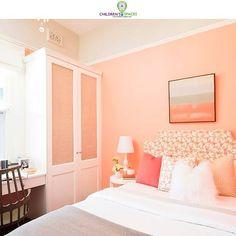 Existen muchas formas de combinar el color coral. Este tono primaveral se puede implementar en paredes, muebles, textiles y accesorios. 💜💚 #ChildrensSpaces #EspaciosParaNiños #DiseñoInfantil #Teens #Tendencia #Diseño #KidsDecor #KidsDesign #Coral #TonoCoral #Accesorios #Muebles Beautiful Bedroom Colors, Best Bedroom Paint Colors, Relaxing Bedroom Colors, Modern Living Room Colors, Interior House Colors, Small Space Interior Design, Sitting Room Decor, Bedroom Color Schemes, Simple Bedroom Decor