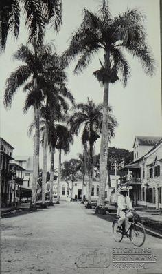 Noorderkerkstraat met de Nederlands Hervormde Kerk op de achtergrond. Datum: Locatie: Paramaribo, Suriname Vervaardiger: Inv. Nr.: SSM-0519-68 Fotoarchief Stichting Surinaams Museum