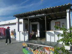 La famosa Venta Andrés, la que está en el cruce de Puerto Real con la Jerez Los Barrios, ha cambiado de imagen. La han agrandado, le han puesto una barra en condiciones y además de los desayunos con pan de telera, ahora tienen tapas. Advierto que hay chicharrones, berza y carne en sarsa. Te contamos como es la Venta Andrés del siglo XXI. http://www.cosasdecome.es/reportajes/la-venta-andres-del-siglo-xxi/