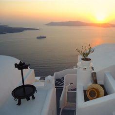 Les derniers rayons du soleil.  Santorin, GRÈCE    #greece #santorini #sunset #whitehouse