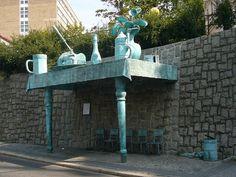 """""""wiata"""" przystanku w Libercu rzeźba Davida Černego"""