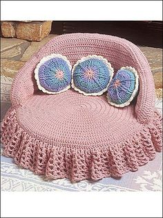 Kitty Couches - Pink Bed - Technique Crochet - Size: tall x across. Crocheted using worsted yarn. Chat Crochet, Crochet Lion, Crochet Home, Crochet Animals, Crochet Crafts, Crochet Baby, Crochet Projects, Pet Beds, Dog Bed