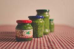 Jak przygotować pesto z czosnku niedźwiedziego? Wystarczy zalać go oliwą z… Wild Garlic, Garlic Recipes, Salsa, Tasty, Jar, Homemade, Food, Cooking, Simple