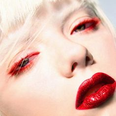 White porcelain skin - Red lips ♡