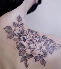 tatuajes de rosas en la espalda