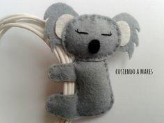 cosiendo a mares Toma solución para los auriculares que se enredan!!! Querrás llevarte a este adorable koala a todas partes, y si encima acaba con los típicos auriculares anudados por el bolso...¡mejor todavía! Más info en cosiendoamares@gmail.com y en el blog!