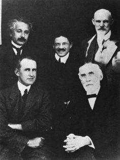 A. Einstein, P. Ehrenfest, W. de Sitter, A.S. Eddington, H.A. Lorentz  (Leiden, 1920)