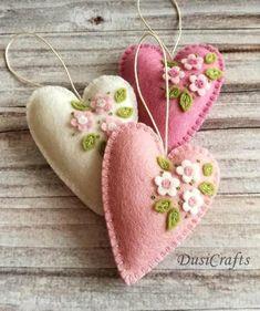 Small Pastel Pink Heart ornaments with flowers – set of 3 – Folt Bolt Shop Felt Christmas Ornaments, Christmas Fabric, Christmas Crafts, Fabric Ornaments, Fabric Crafts, Sewing Crafts, Sewing Diy, Diy Crafts, Felt Decorations
