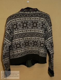 Trøye - Norsk Institutt for Bunad og Folkedrakt / DigitaltMuseum Men Sweater, Vest, Pullover, Sweaters, Fashion, Moda, Fashion Styles, Men's Knits, Sweater