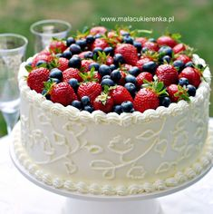 Strawberry cake with white chocolate and a lemon note – pastry types Cake Decorating Frosting, Dessert Drinks, Desserts, Pie Decoration, Fruit Wedding Cake, Berry Cake, Artisan Food, Polish Recipes, Yummy Cakes