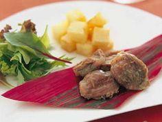 脇 雅世さんの鶏の砂肝を使った「砂肝のコンフィ」のレシピページです。塩につけた肉類を、低温の油でじっくりと煮るコンフィ。砂肝をつかって正月の新たな定番料理にしてみてはいかがでしょうか。油につけたまま、冷蔵庫で約1ヶ月保存可能です。 材料: 鶏の砂肝、A、じゃがいも、サラダ用葉野菜、グリーンカール、サラダ油、塩 Beef, Recipes, Food, Meat, Recipies, Hoods, Meals, Ox