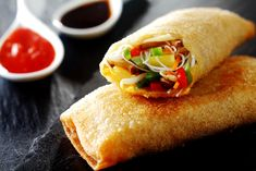 crispy golden fried vegetable spring rolls with fresh ingredients served with soy and sweet and sour sauce in an oriental restaurant Chop Suey, Asian Cooking, Cooking Time, Masa Brick, Col China, Vegetable Spring Rolls, Tamarind Sauce, Urdu Recipe, Fried Vegetables