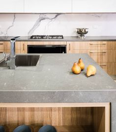 SHADES OF GREY • we're loving the mix of Gris Fuma Quartz on the #benchtops with the #marble inspired Statuario Six+ #porcelain on the #splashback. A beautiful contemporary #kitchen by #corfieldkitchens and @rightchoicestone.