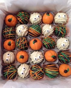 Halloween cake balls The Effective Pictures We Offer You About kids halloween diy A quality picture Halloween Desserts, Halloween Cake Pops, Halloween Appetizers, Halloween Food For Party, Halloween Kostüm, Halloween Cookies, Holidays Halloween, Halloween Treats, Halloween Decorations