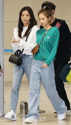 Jisoo Jennie Kpop Fashion Outfits, Blackpink Fashion, Mode Outfits, Korean Outfits, Casual Outfits, Womens Fashion, Blackpink Jennie, Korean Airport Fashion, Korean Fashion