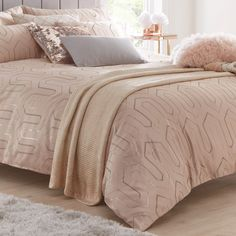 Rose Gold And Grey Bedroom, Rose Gold Bed, Pink Master Bedroom, Blush Pink Bedroom, Rose Gold Room Decor, Rose Gold Rooms, Gold Bedroom Decor, Guest Bedroom Decor, Pink Bedrooms