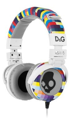 Skullcandy and fashion icon D have come together to offer a Limited Edition collection that blends the energy of the Skullcandy brand with signature D style.