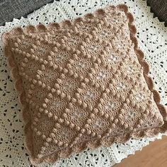 Crochet Cushion Pattern, Crochet Pillow Cases, Crochet Pillow Patterns Free, Crochet Cushion Cover, Crochet Cushions, Crochet Pig, Crochet Home, Crochet Blocks, Crochet Squares