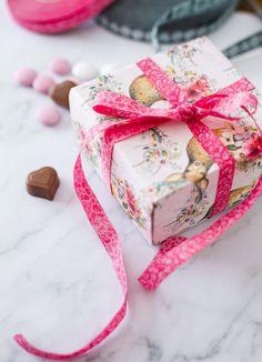 Farbenmix - mit Webbändern hübsche Geschenke verpacken - Viele Webbänder eignen sich auch als Geschenkbänder hervorragend. Gift Wrapping, Diy Crafts, Gifts, Wrapping Gifts, Gift Cards, Sewing Patterns, Christmas, Kids, Gift Wrapping Paper
