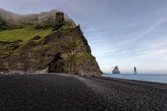 Hálsanefshellir: Die BasalthöhleHálsanefshellir am Strand von Gardar bzw. Reynisfjara. Im Hintergrund die Felsnadeln Reynisdrangar und im Vordergrund schwarzer Strand. Das alles in der Nähe von Vik im Süden Islands.